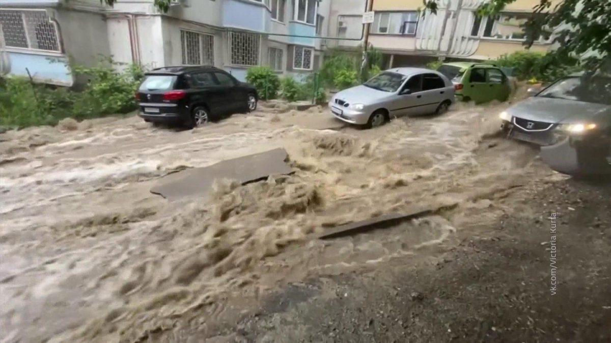 Улицы превратились в реки: такого наводнения в Ялте не было 100 лет